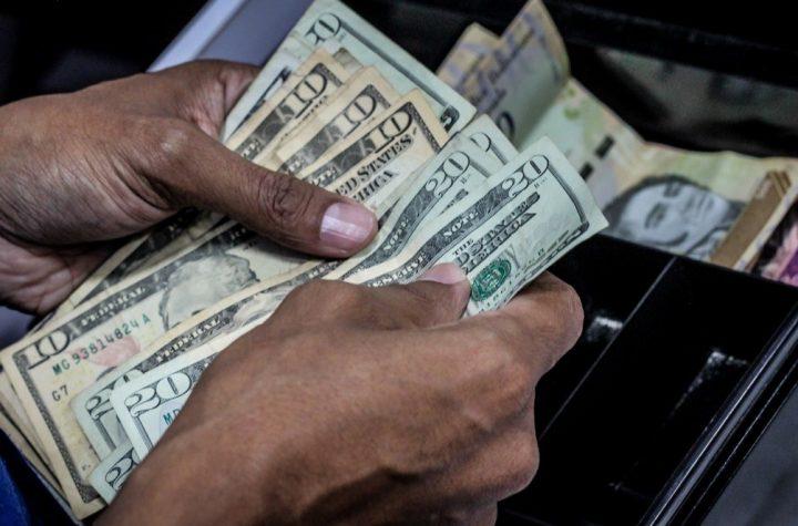 Tasa oficial compite en alza con el dólar paralelo, mientras el bolívar pierde valor, en Venezuela - agosto 14, 2020 7:00 am - NOTIGUARO - divisas