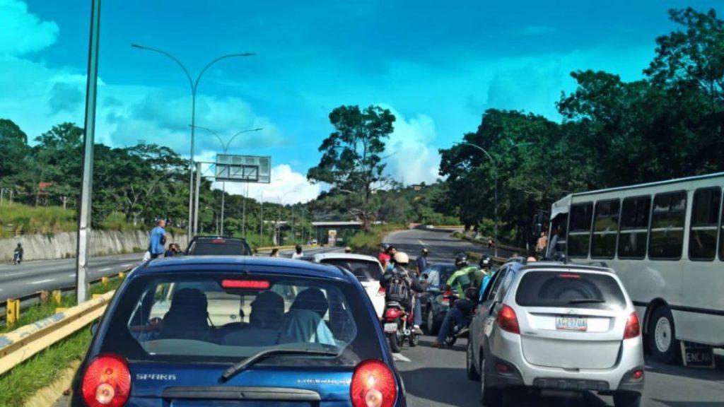 Cierran autopista Gran Mariscal de Ayacucho en protesta por pésimos servicios públicos - noviembre 2, 2020 7:40 pm - NOTIGUARO - Nacionales