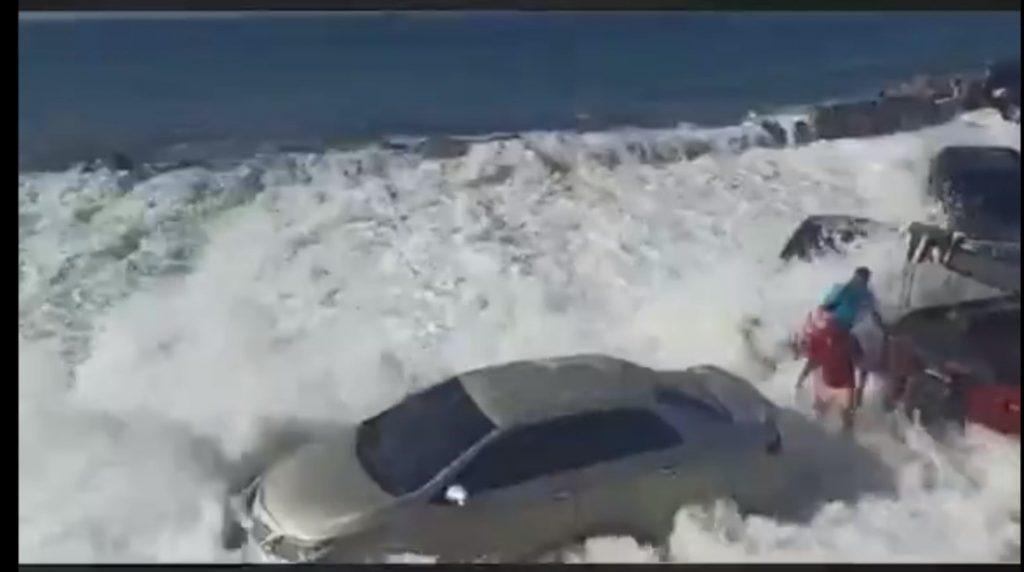 Mar de Fondo: Fuertes olas en la marina de Puerto Cabello arrastraron a varios carros - enero 31, 2021 8:30 pm - NOTIGUARO - Nacionales