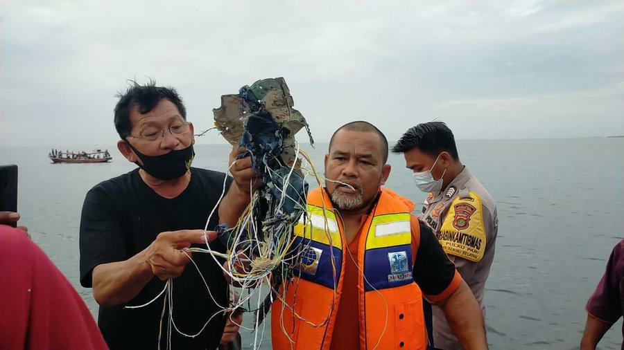 Encuentran escombros del avión de pasajeros indonesio y restos humanos en aguas de Yakarta - enero 9, 2021 12:07 pm - NOTIGUARO - Internacionales