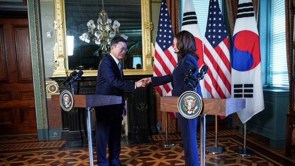 Kamala Harris se limpia la mano tras saludar al presidente de Corea del Sur (+video) - mayo 23, 2021 11:00 pm - NOTIGUARO - Internacionales