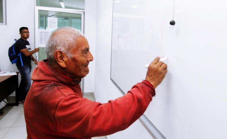 ¡Nunca es tarde! Felipe Espinosa, el abuelito que se graduó de ingeniero a los 84 años - mayo 30, 2021 10:15 am - NOTIGUARO - Entretenimiento
