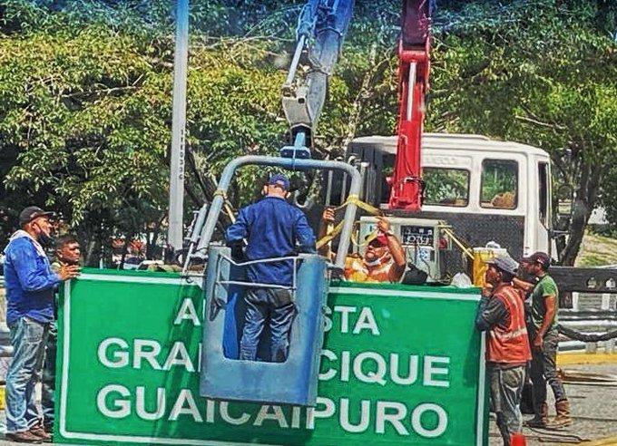 Gobierno reemplazó cartel con el nombre de la autopista Francisco Fajardo por el de Gran Cacique Guaicaipuro - junio 17, 2021 10:38 am - NOTIGUARO - Nacionales
