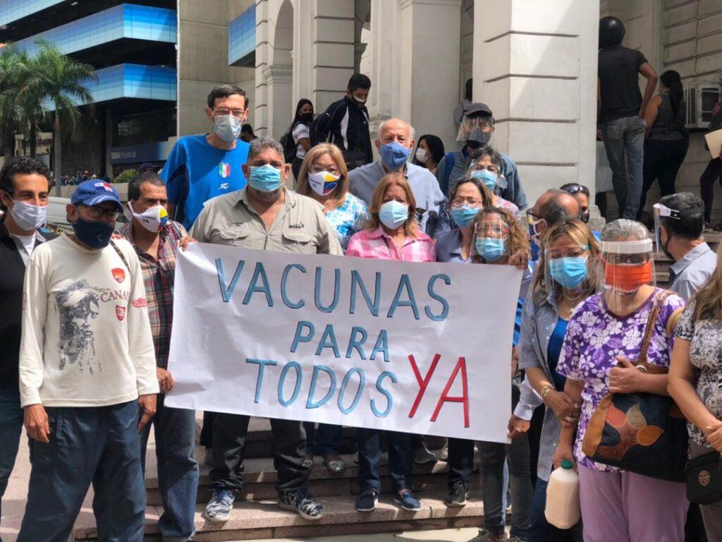 Caracas: Ciudadanos protestaron frente a la Cruz Roja para exigir vacunación masiva - junio 15, 2021 10:15 pm - NOTIGUARO - Nacionales