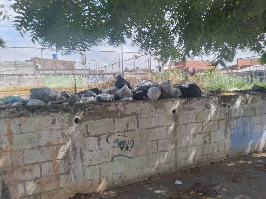 ¡Ya no soportan tanta basura! Habitantes de la Urb. La Puerta en Cabudare denuncian fallas del aseo urbano - julio 26, 2021 9:53 am - NOTIGUARO - Locales