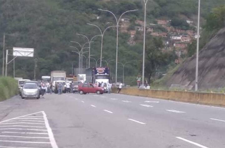 Conductores trancaron la Autopista Gran Mariscal Ayacucho por escasez de gasolina - julio 17, 2021 9:15 am - NOTIGUARO - Gasolina