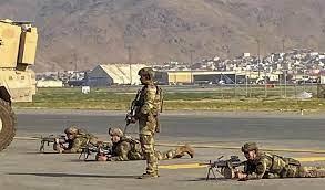 Militares disparan al aire para dispersar a la multitud cerca del aeropuerto de Kabul - agosto 20, 2021 3:30 pm - NOTIGUARO - Internacionales