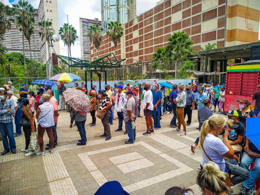 Caracas: Abuelo falleció en la cola mientras esperaba vacunarse contra la covid-19 - septiembre 20, 2021 4:48 pm - NOTIGUARO - Nacionales