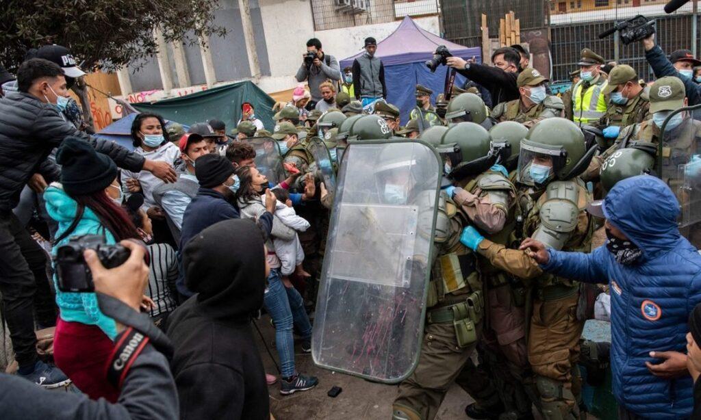 Chile: Policía desalojó a cientos de migrantes venezolanos que vivían en una plaza - septiembre 24, 2021 8:40 pm - NOTIGUARO - Internacionales