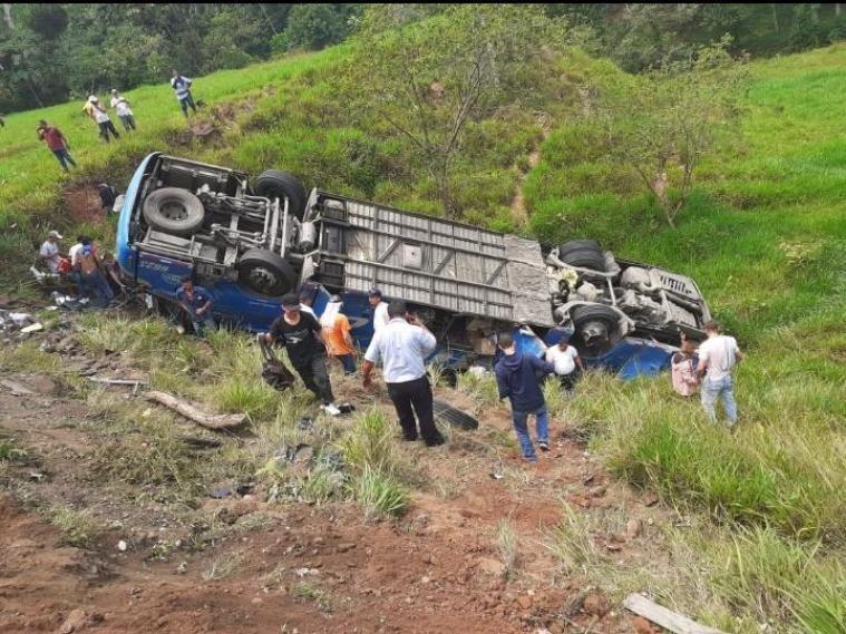 Ecuador: Al menos 11 fallecidos al precipitarse un autobús a un abismo - octubre 18, 2021 1:26 pm - NOTIGUARO - Internacionales
