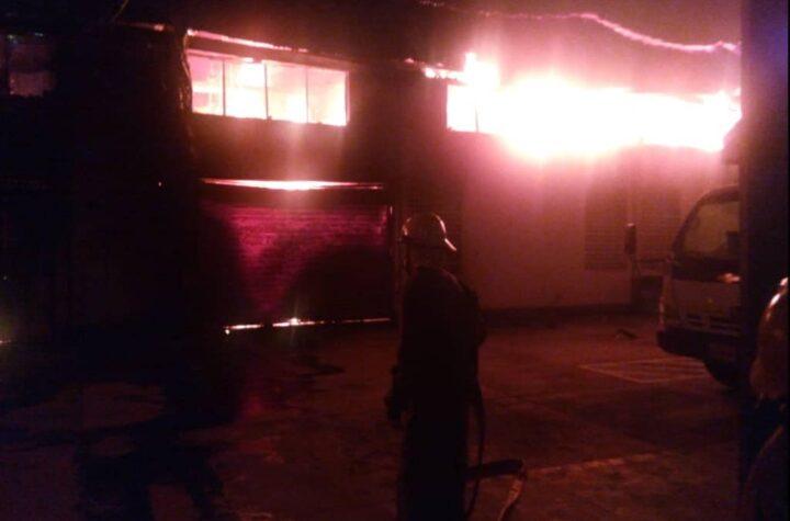 Lara: Bomberos de Iribarren extinguen incendio en la Zona Industrial I de Barquisimeto - octubre 18, 2021 3:38 pm - NOTIGUARO - Locales